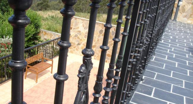 Barandilla de aluminio con forma y estilo de fundición en terraza